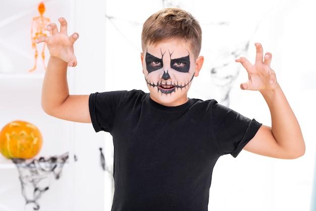Menino assustador com maquiagem de halloween