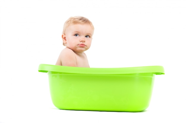 Menino atraente bonito tomar banho na banheira