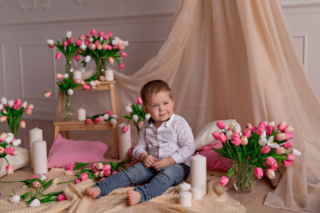 Menino bebê, com, tulips