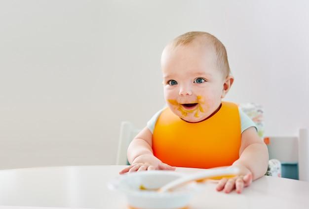 Menino bebê, durante, comer