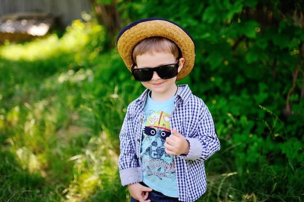 Menino bebê, em, um, chapéu, e, óculos de sol