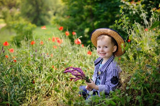 Menino bebê, em, um, chapéu, ligado, um, fundo, de, papoula, campo