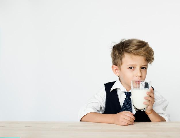 Menino bebendo leite saudável nutrição