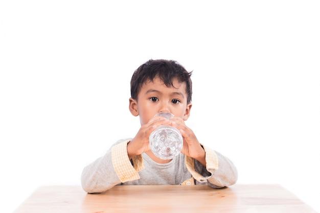 Menino beber água