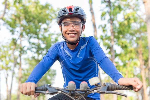Menino, biking