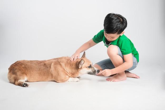 Menino bonitinho com cachorro isolado