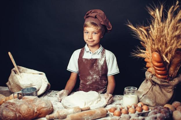 Menino bonitinho com chapéu de chef de cozinha