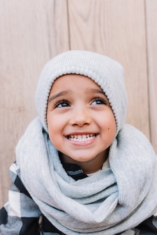 Menino bonitinho em roupas de inverno