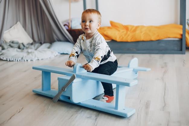 Menino bonitinho jogando em casa