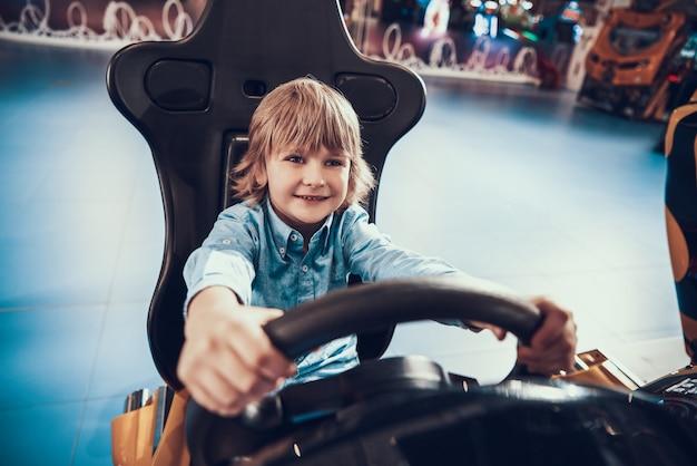 Menino bonitinho jogando jogo de simulador de corrida