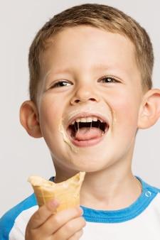 Menino bonitinho manchado com sorvete