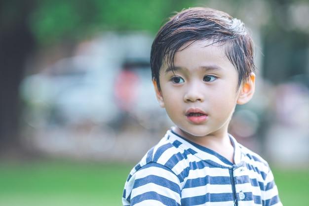 Menino bonitinho no parque