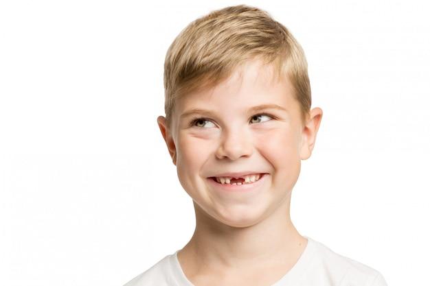 Menino bonitinho sem sorrisos de dentes