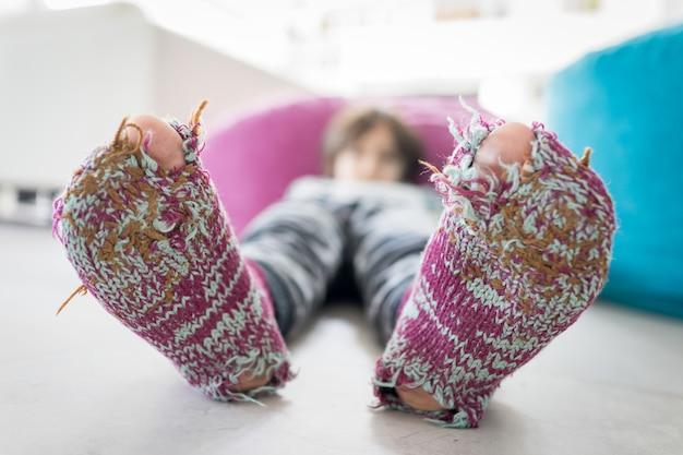 Menino bonito com meias de inverno dedos abertos