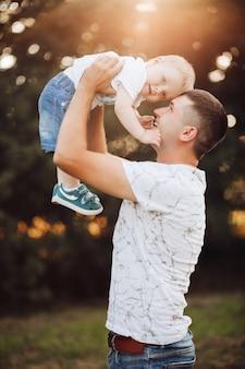 Menino bonito e seu pai no parque.