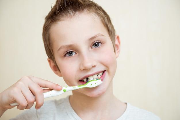 Menino bonito, escovando os dentes