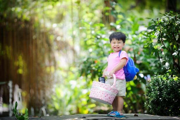 Menino bonito, fazendo um piquenique no parque