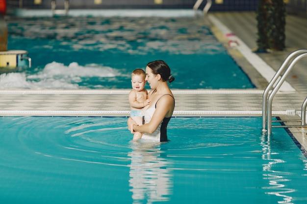 Menino bonito. mãe com filho. família brincando na água