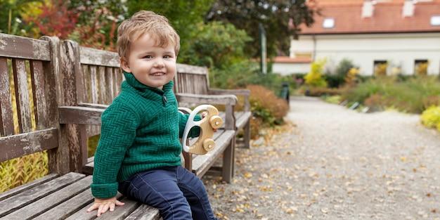 Menino bonito no parque. feche acima da imagem do menino adorável no jardim outono.