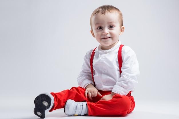 Menino bonito, vestido de vermelho. conceito de menino e infância.