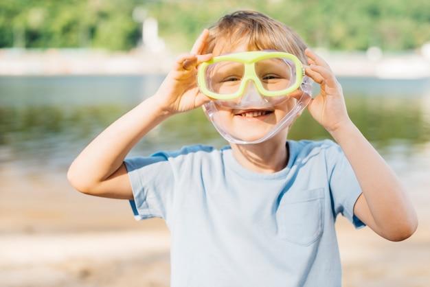Menino brincalhão com óculos