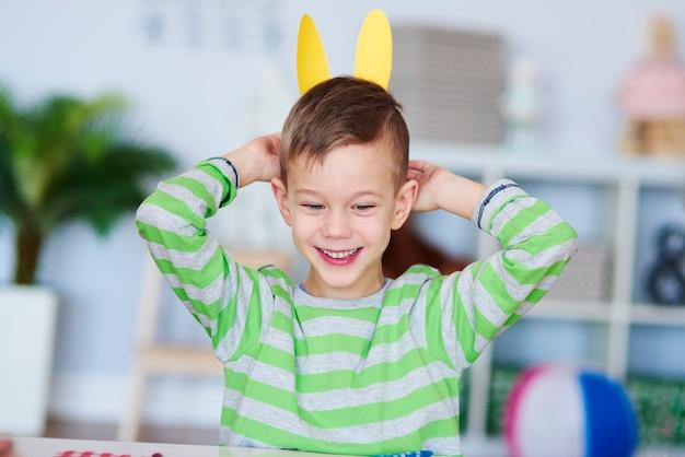 Menino brincalhão com orelhas de coelho
