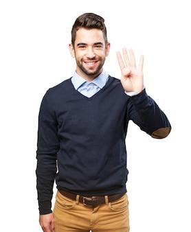 Menino brincalhão mostrando quatro dedos