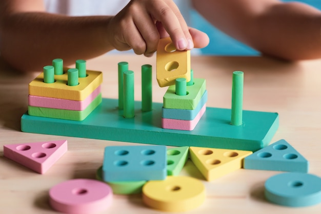 Menino brincando com brinquedos infantis para aprender as habilidades