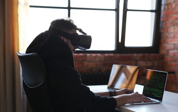 Menino brincando com laptop e fone de ouvido vr