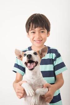 Menino brincando com seu amigo cachorro jack russel