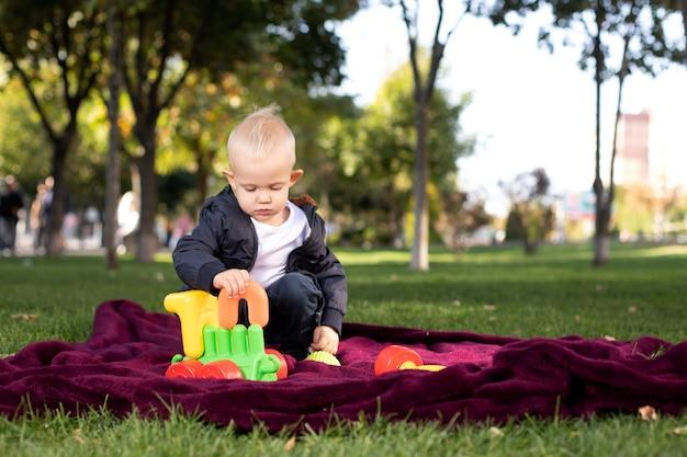 Menino brincando de brinquedos no parque