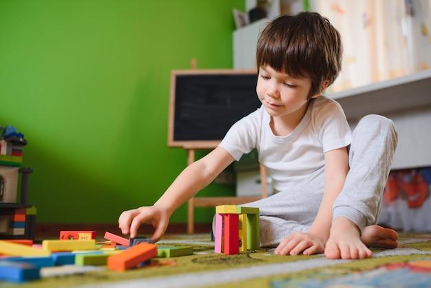 Menino brincando de construtor em casa