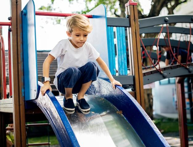 Menino brincando em um playground
