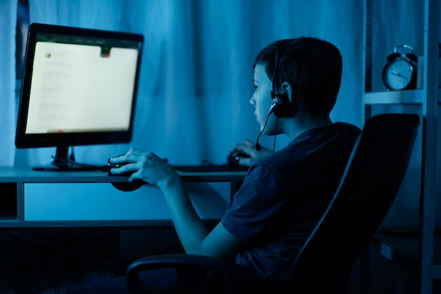 Menino brincando no computador