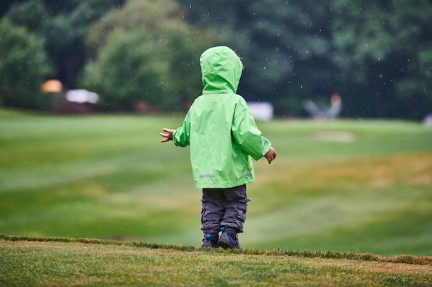 Menino caminha no campo de golfe