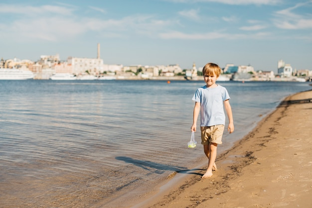 Menino, caminhando, litoral