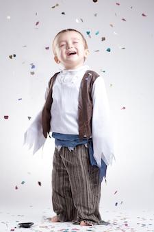 Menino caucasiano feliz, vestido como um pirata