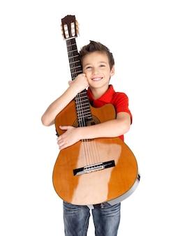 Menino caucasiano sorridente segura o violão -