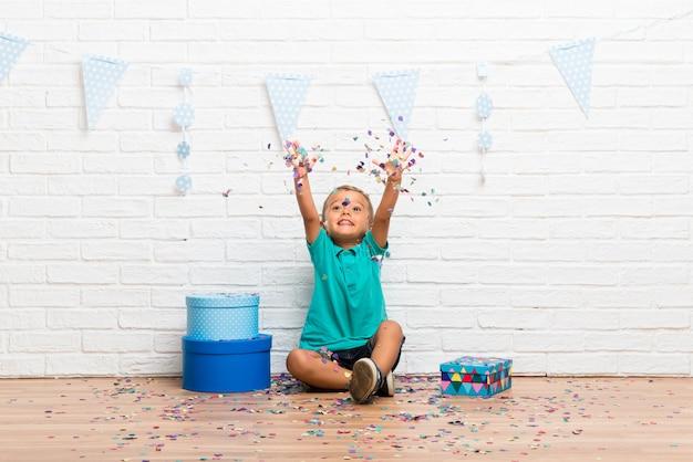 Menino, celebrando, seu, aniversário, com, confetti, um partido