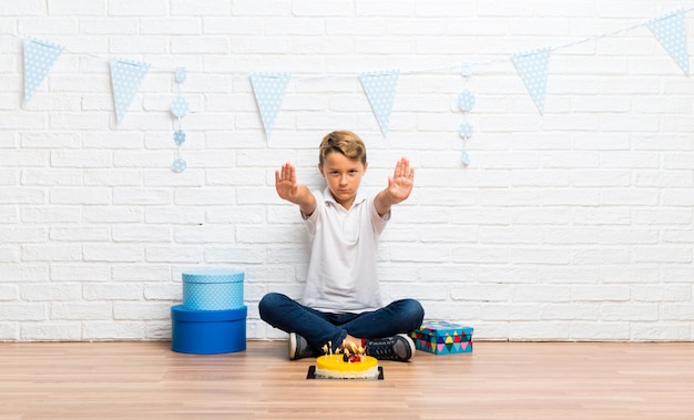 Menino, celebrando, seu, aniversário, com, um, bolo, fazer, parada, gesto, com, dela, mão