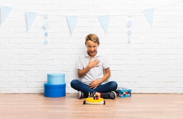 Menino, celebrando, seu, aniversário, com, um, bolo, rir
