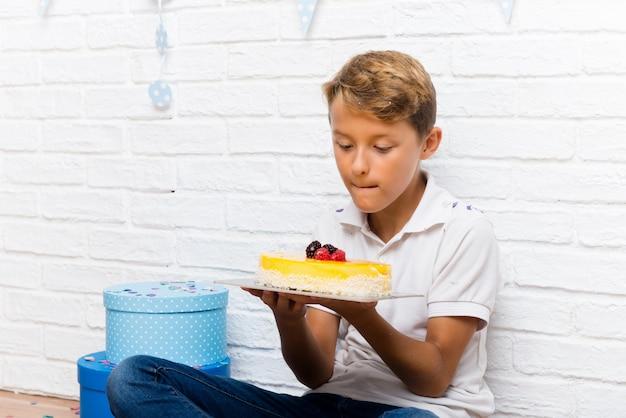 Menino, celebrando, seu, aniversário, comer, a, bolo
