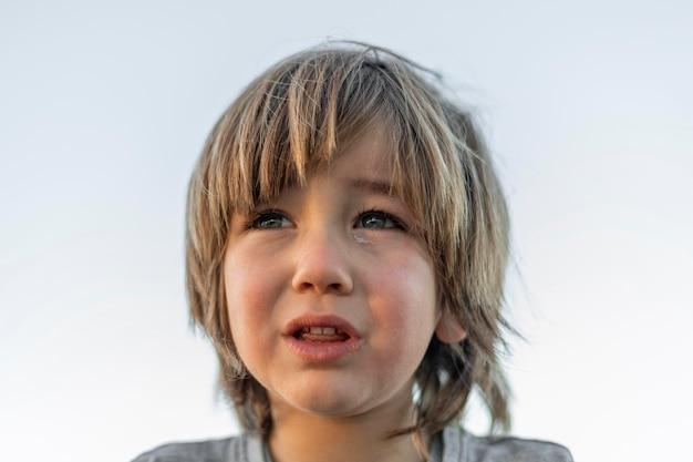 Menino chorando ao ar livre