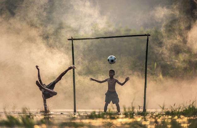 Menino, chutando, um, bola futebol