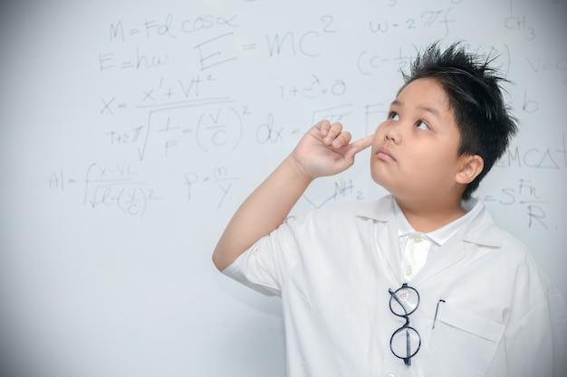 Menino cientista pensando em fundo branco