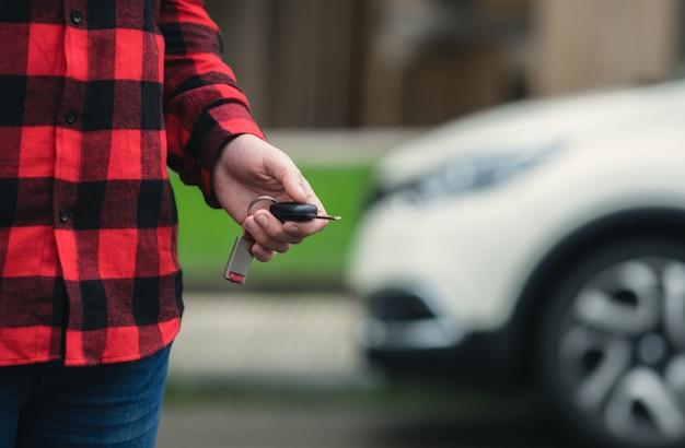 Menino, com, a, chave carro, em, seu, mão