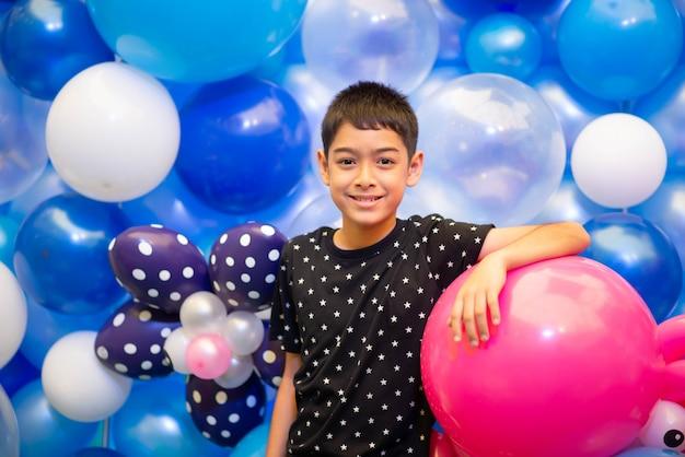 Menino com balões coloridos