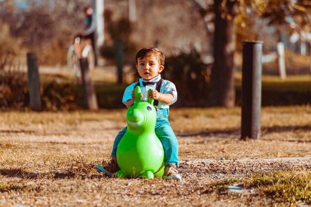 Menino com cavalo de brinquedo