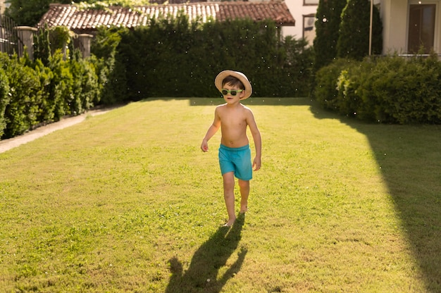 Menino com chapéu e óculos de sol