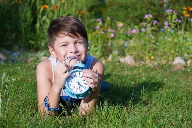 Menino com despertador estabelece no verão